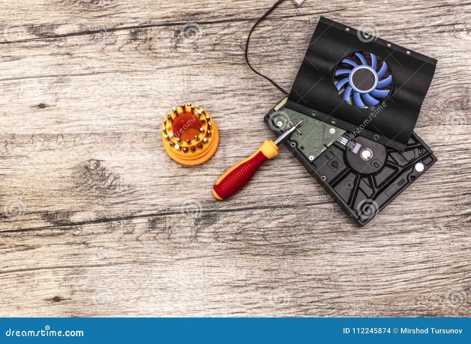 Refroidisseur sur le disque dur avec le peu de tournevis