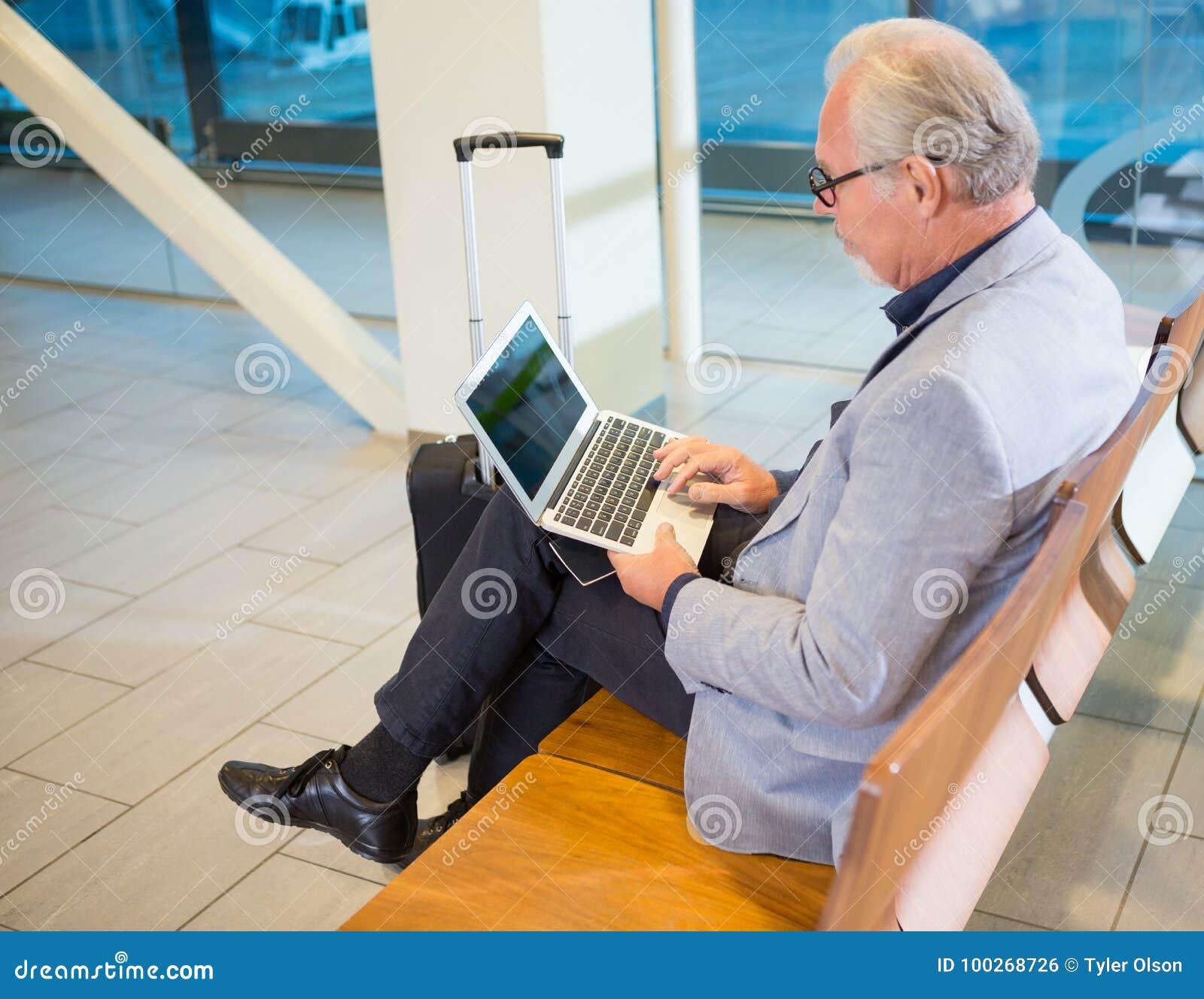 Refuge d aéroport d Using Laptop In d homme d affaires
