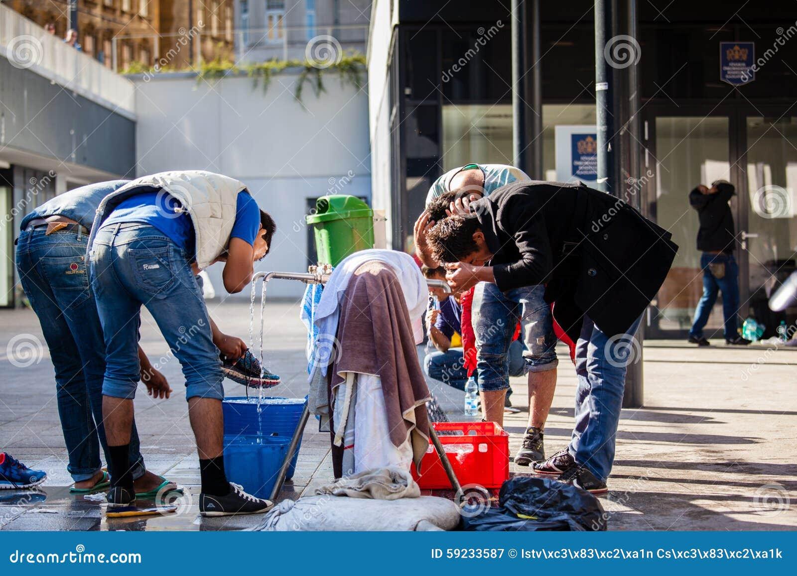 Download Refugiados De La Guerra En El Ferrocarril De Keleti Fotografía editorial - Imagen de iraquí, hungría: 59233587