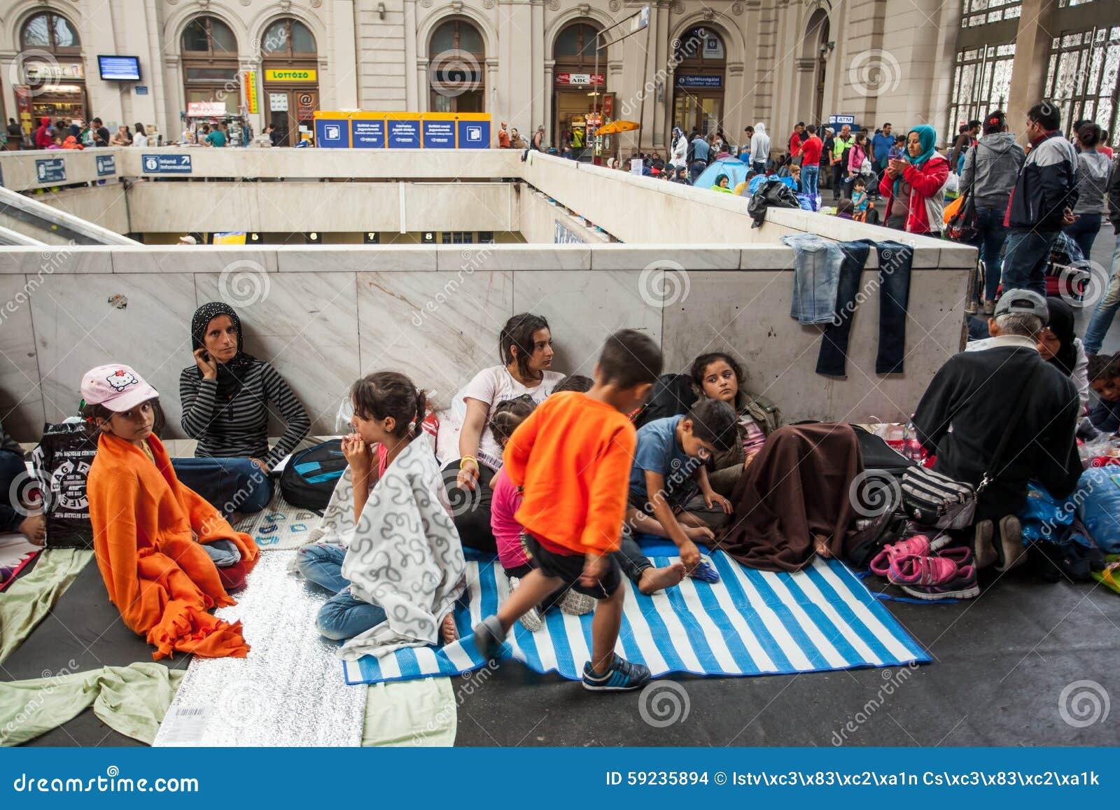 Download Refugiados De La Guerra En El Ferrocarril De Keleti Imagen de archivo editorial - Imagen de iraquí, árabe: 59235894
