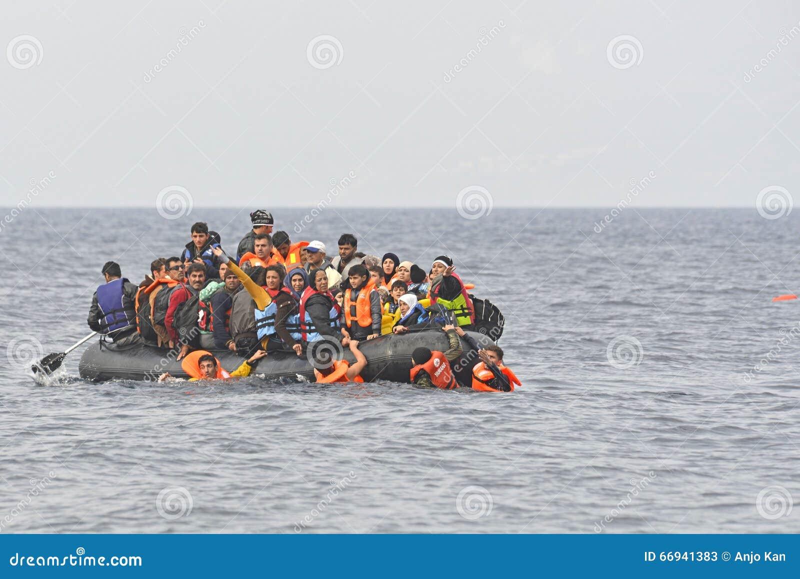 Refugiados en barco en el mar Lesvos Grecia