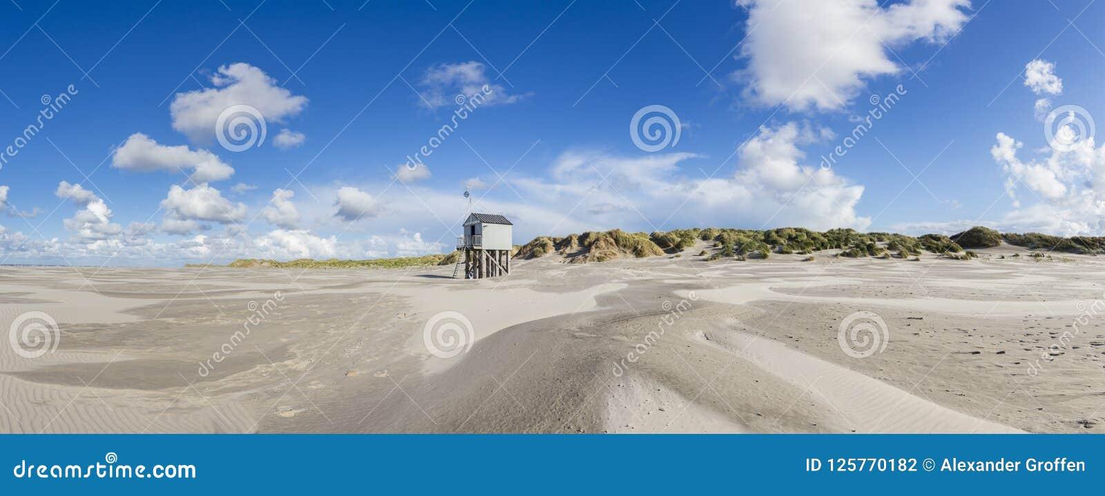 Refugio para los náufragos trenzados en la playa de Terschelling, Neth