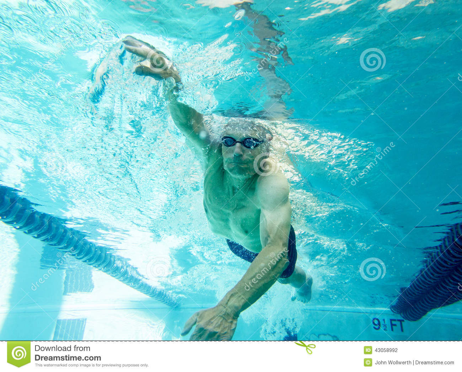 Regaços da natação do homem superior, vista subaquática