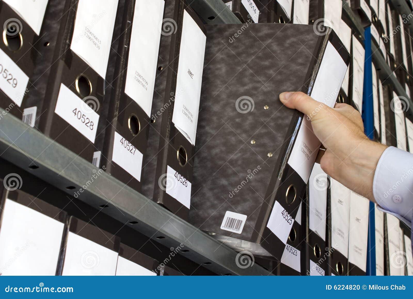 Regal mit Faltblättern
