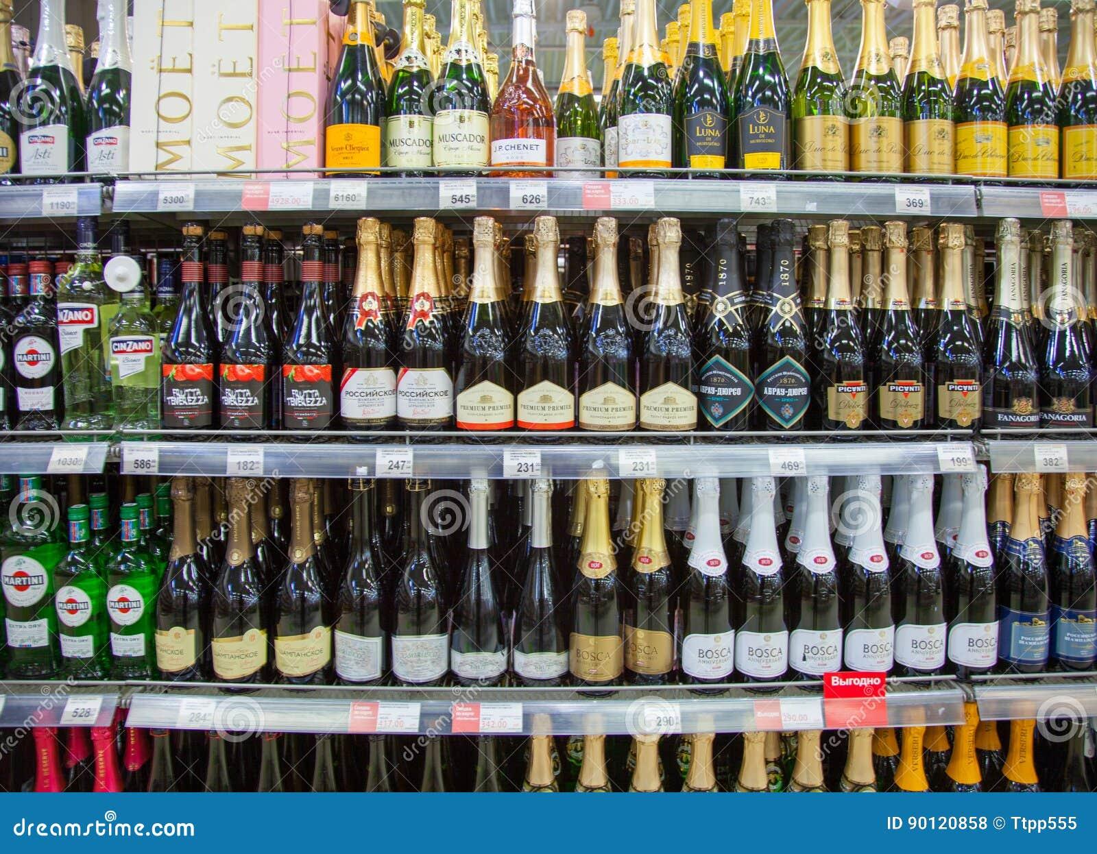 Regale Des Supermarktes Mit Alkoholischen Getränken Redaktionelles ...