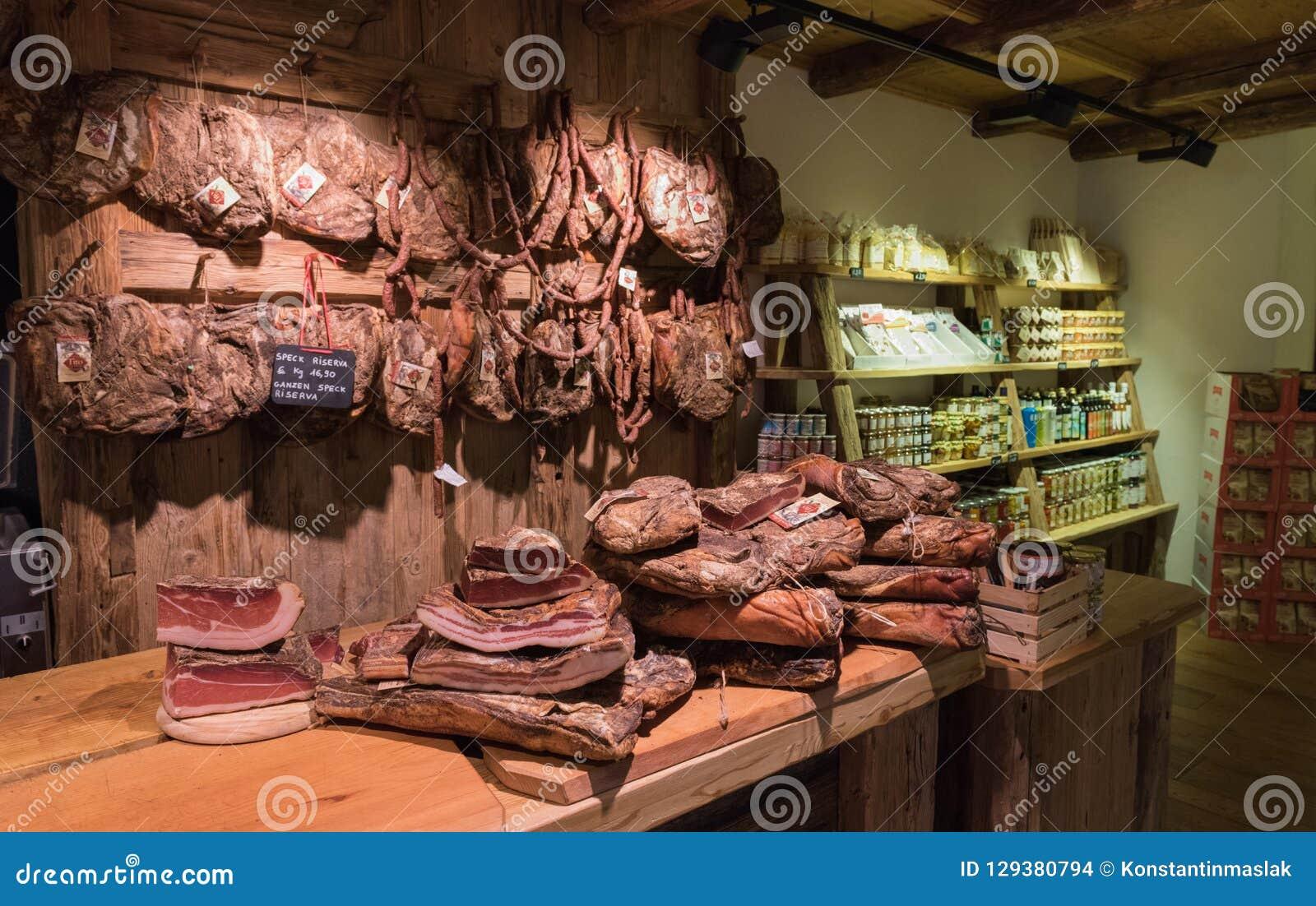 Regale mit typischem italienischem Würste Prosciutto, Fleck innerhalb eines Lebensmittelgeschäftmarktes