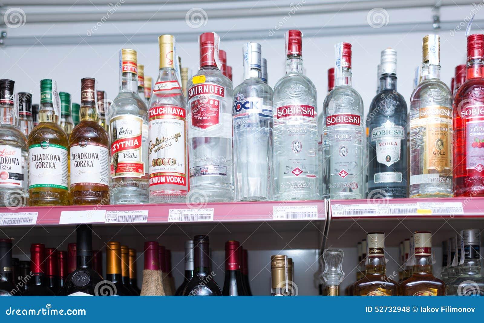 Regale Mit Wodka Und Anderen Alkoholischen Getränken Redaktionelles ...