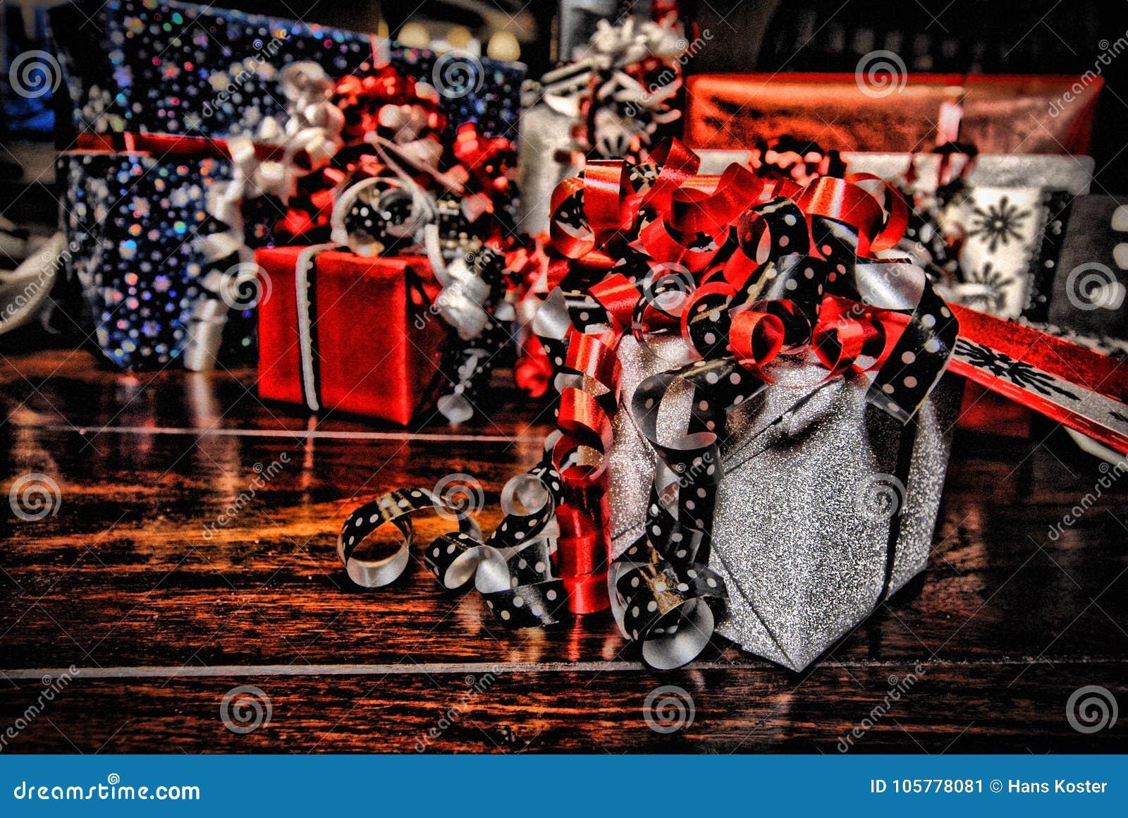 Regali di Natale avvolti in carta colorata meravigliosa HDR