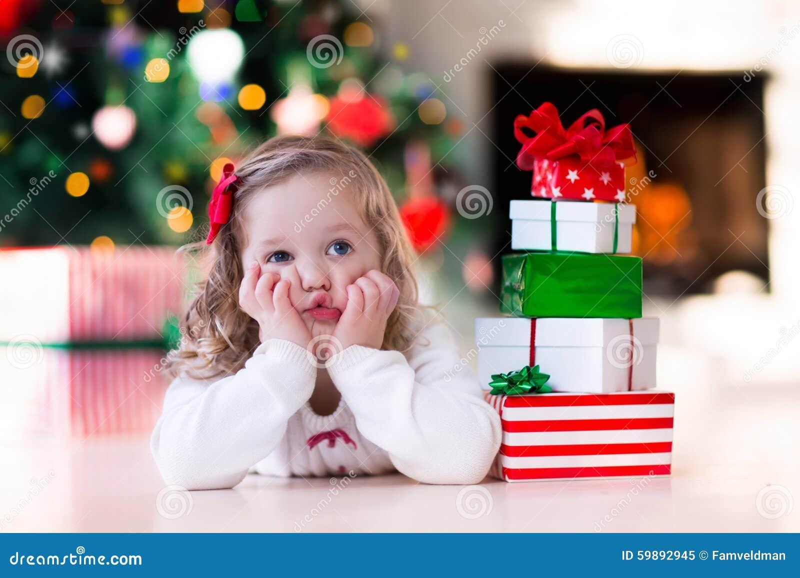 Regali Di Natale Bimbi.Regali Di Natale Di Apertura Della Bambina Al Posto Del Fuoco
