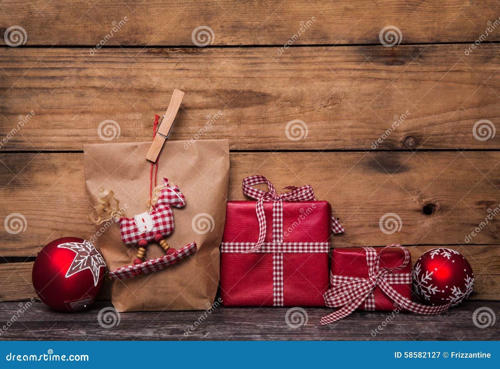 Regali di natale fatti a mano avvolti in carta con chec for Regali di natali