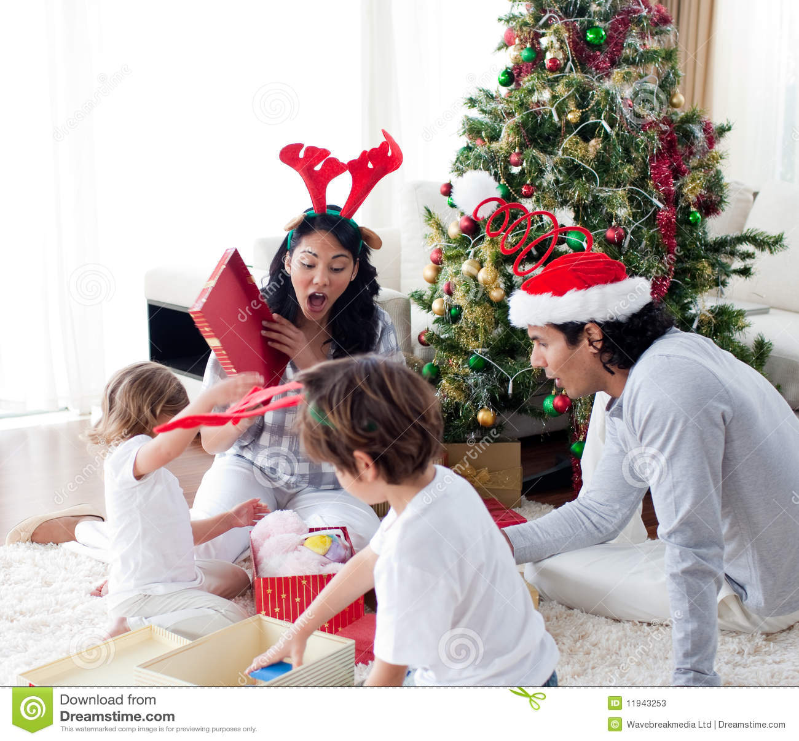 Regali Di Natale Famiglia.Regali Di Natale Felici Di Apertura Della Famiglia Immagine Stock