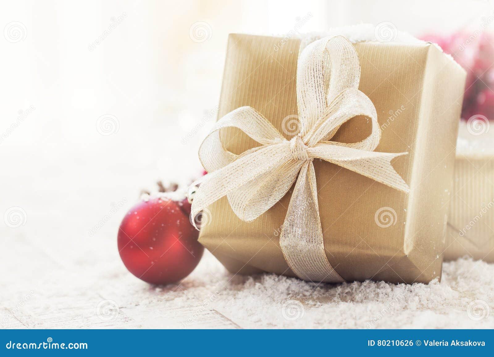 Regali Di Natale Eleganti.Regali Di Natale O Regali Con Le Decorazioni Eleganti Di Natale E Dell Arco Su Fondo Nevoso Luminoso Fotografia Stock Immagine Di Natale Avvenimento 80210626