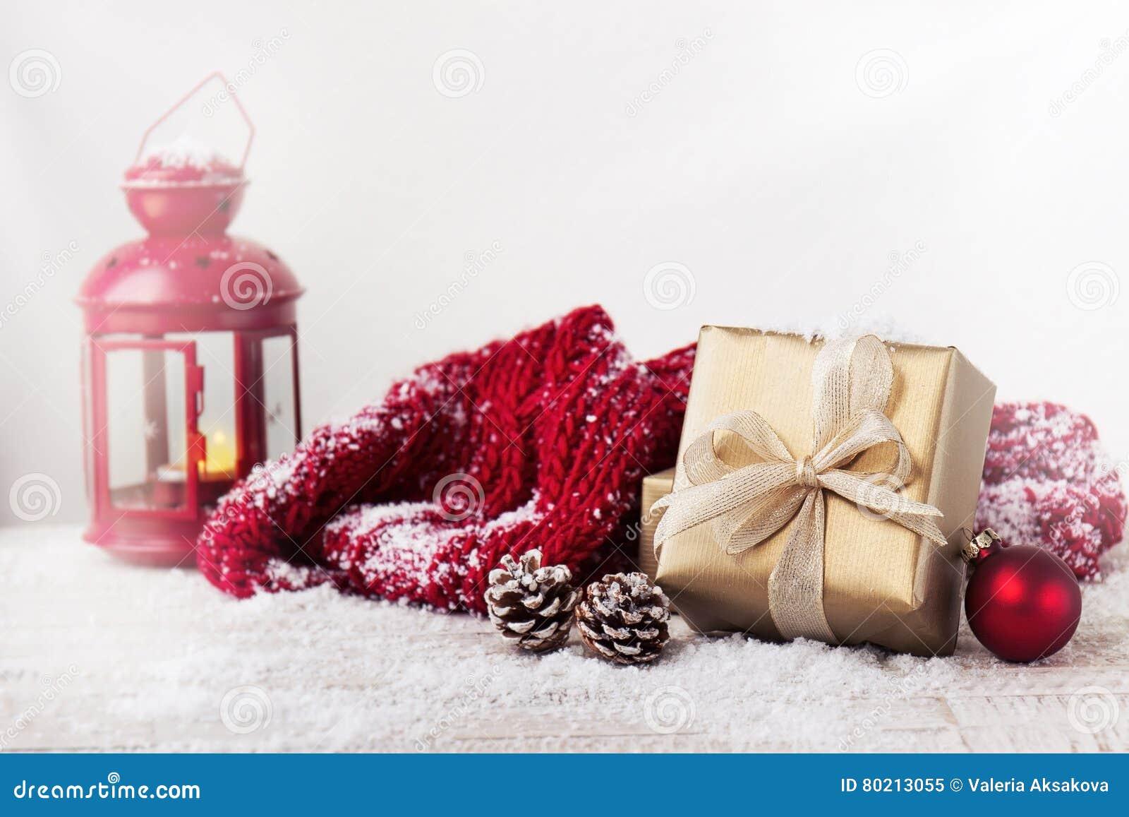 Regali Di Natale Eleganti.Regali Di Natale O Regali Con Le Decorazioni Eleganti Di Natale E Dell Arco Su Fondo Nevoso Luminoso Immagine Stock Immagine Di Disegno Regalo 80213055