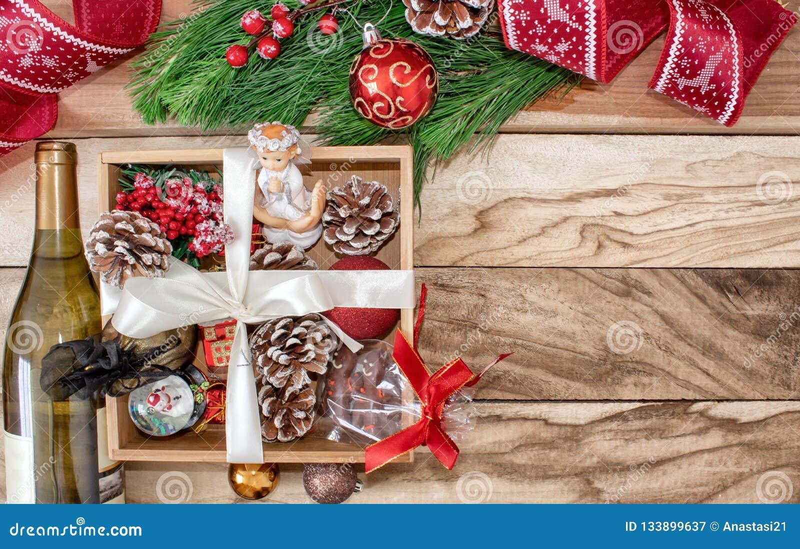 Regali Di Natale In Legno.Regali Di Natale In Una Scatola Di Legno Su Un Fondo Di Legno Rami