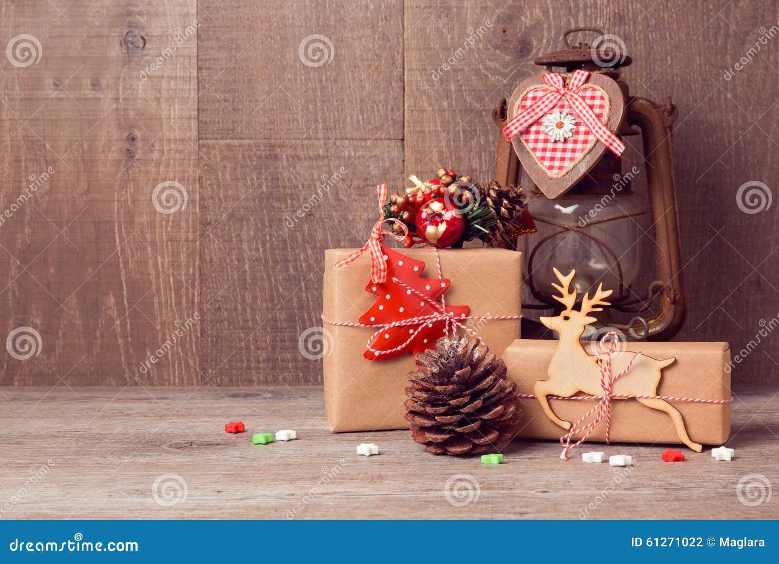 Regali Di Natale In Legno.Regali Fatti A Mano Di Natale Con La Lanterna D Annata Sulla Tavola