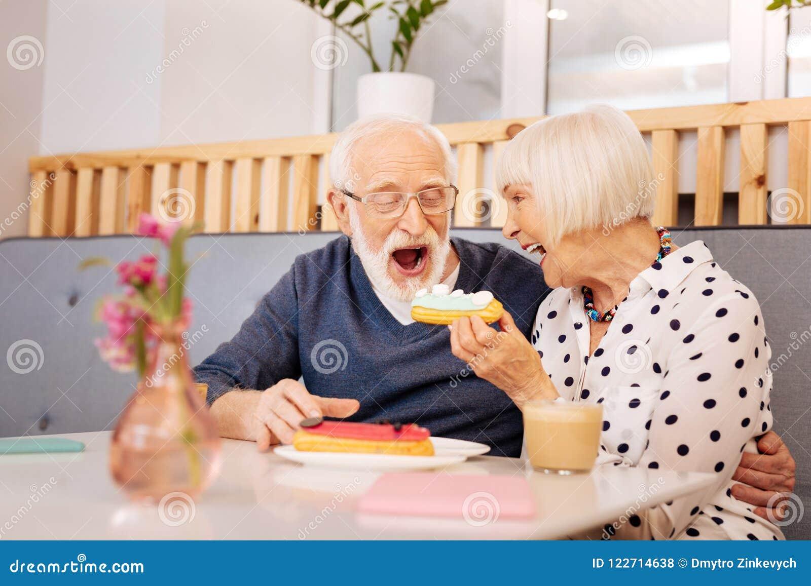Regaling Ehemann der reizend älteren Frau