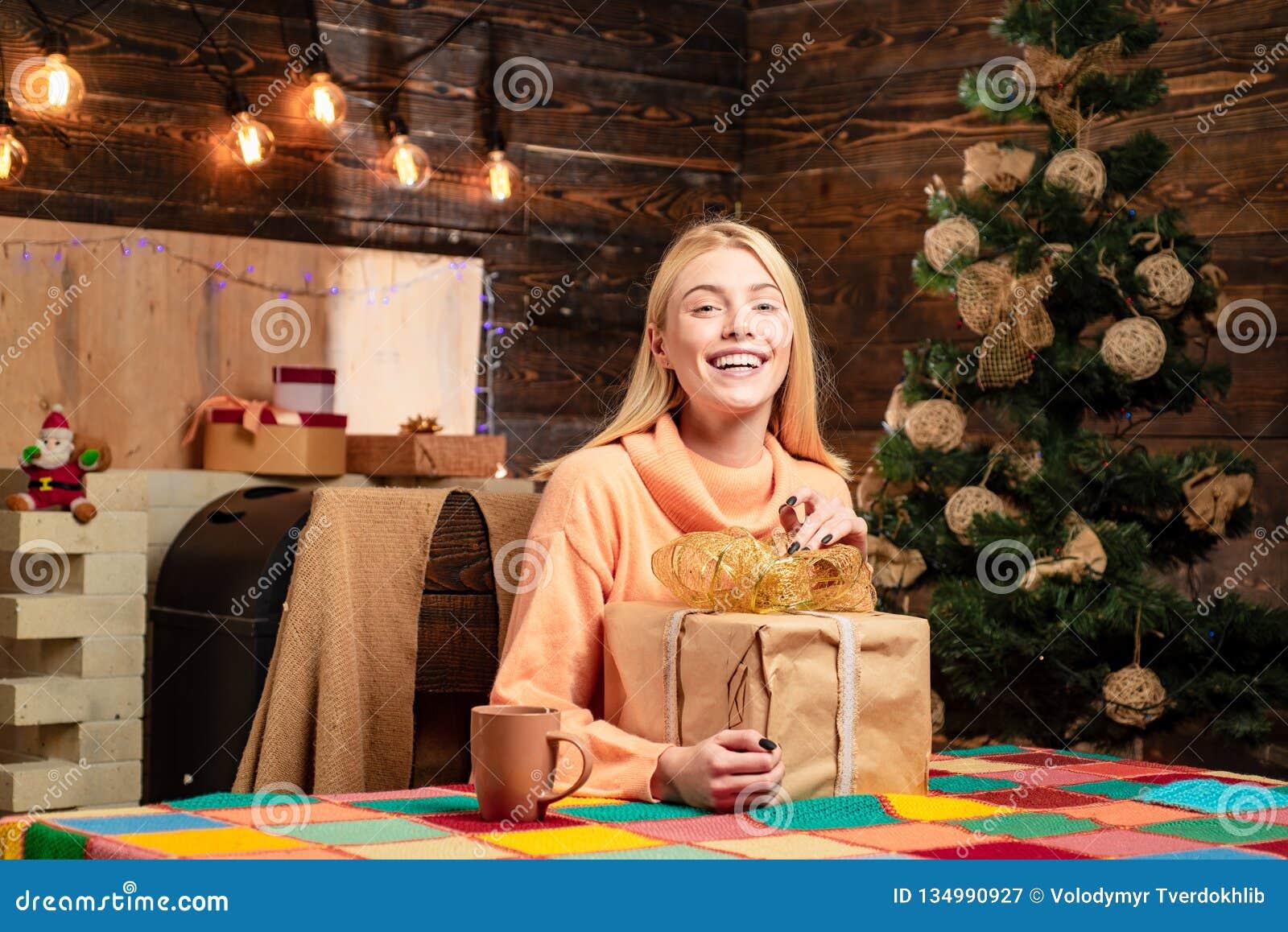 Regalo de la Navidad Feliz Navidad y Feliz Año Nuevo Regalo del Año Nuevo Muchacha sensual para la Navidad El árbol de navidad ad