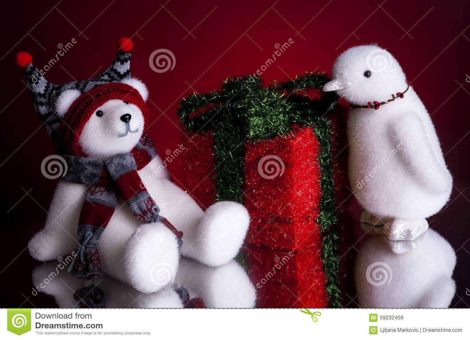 Regalo de Navidad con un oso polar y un pingüino