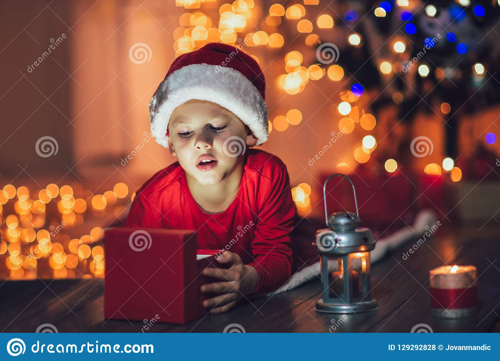 Regalo di Natale sorpreso di magia di apertura del bambino