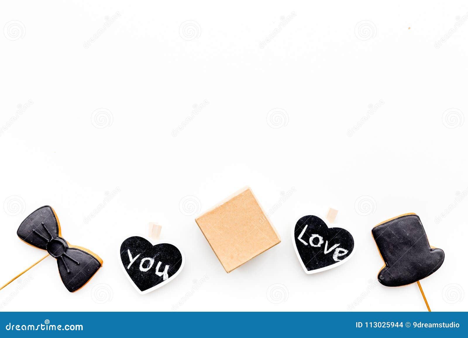 Regalo para el hombre en cumpleaños La caja de regalo entre las galletas en la forma del bigote, el sombrero, la corbata de lazo