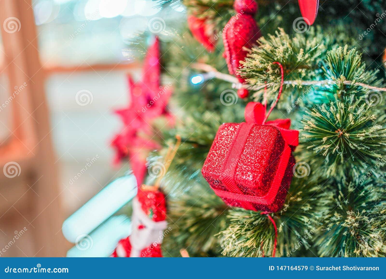 Regalo rojo de la caja adornado en el ?rbol de la Navidad