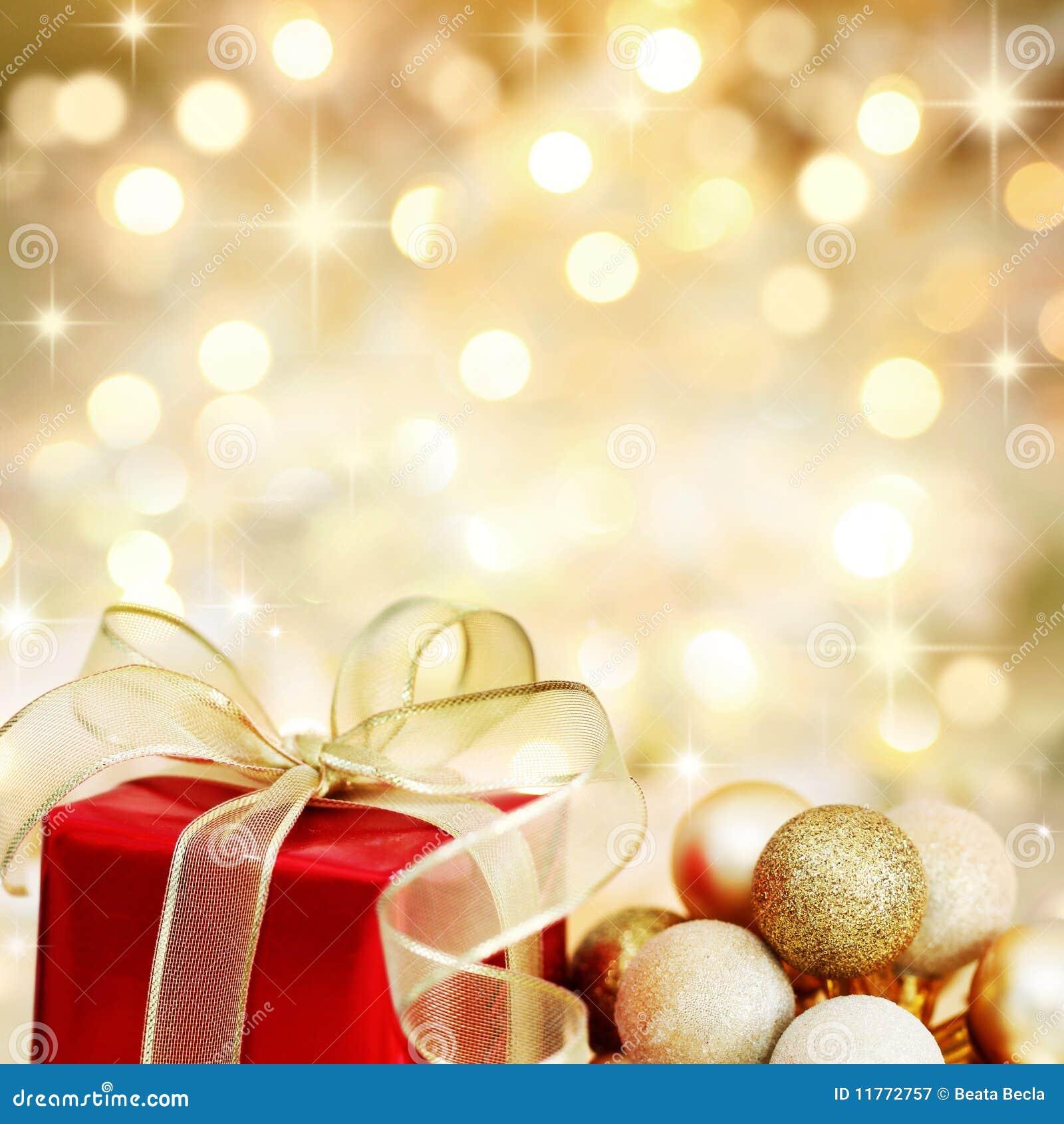 Regalo y chucherías de la Navidad en fondo de oro