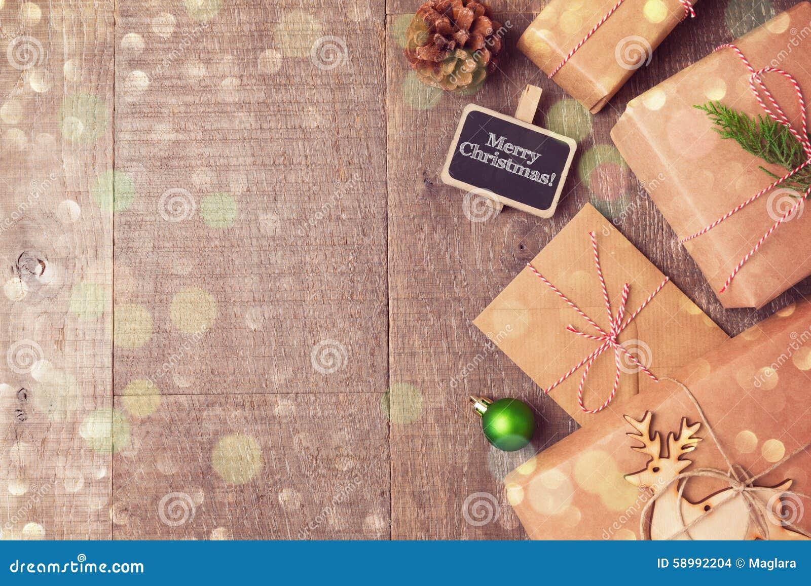 Regalos de la Navidad en fondo de madera Visión desde arriba con el espacio de la copia