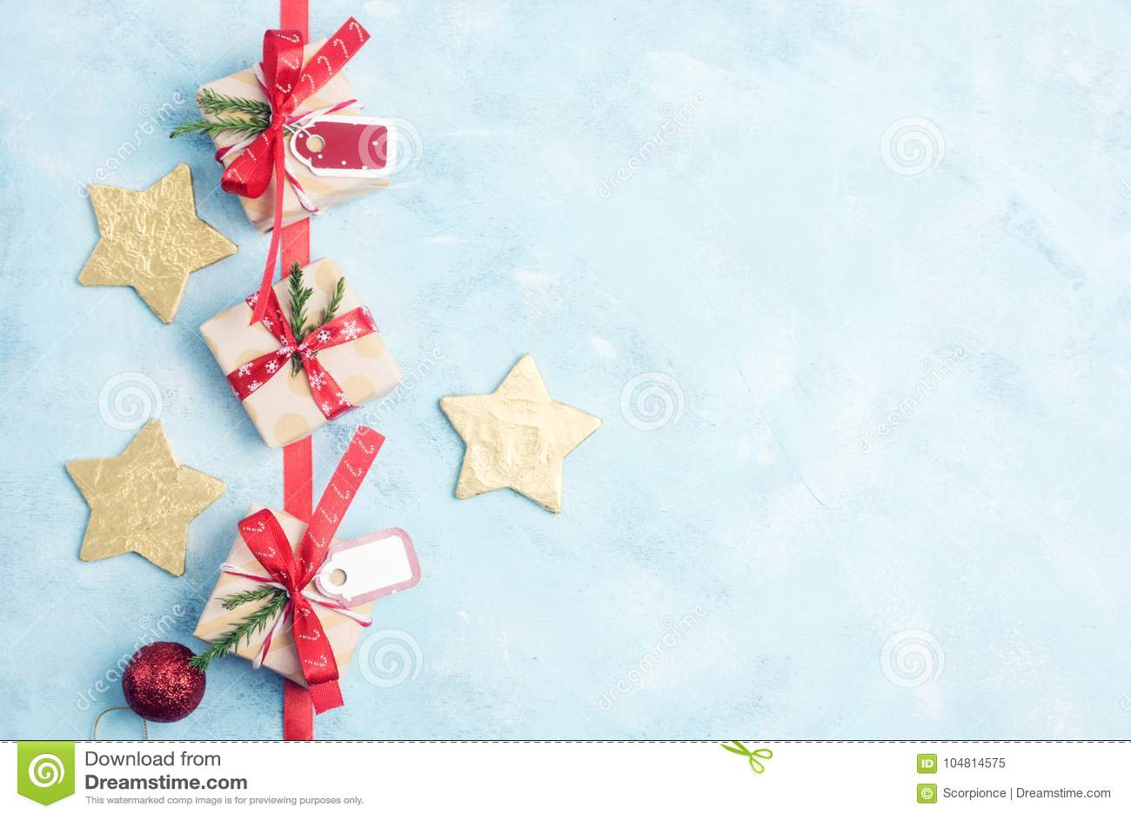 Regalos de la Navidad de la opinión superior tres de la endecha y estrellas planos del oro en azul
