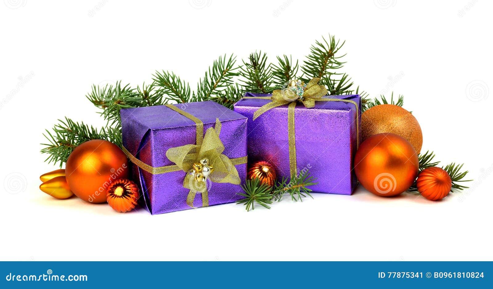 Regalos De Navidad Apilados Para Arriba En El Fondo Blanco Foto de archivo