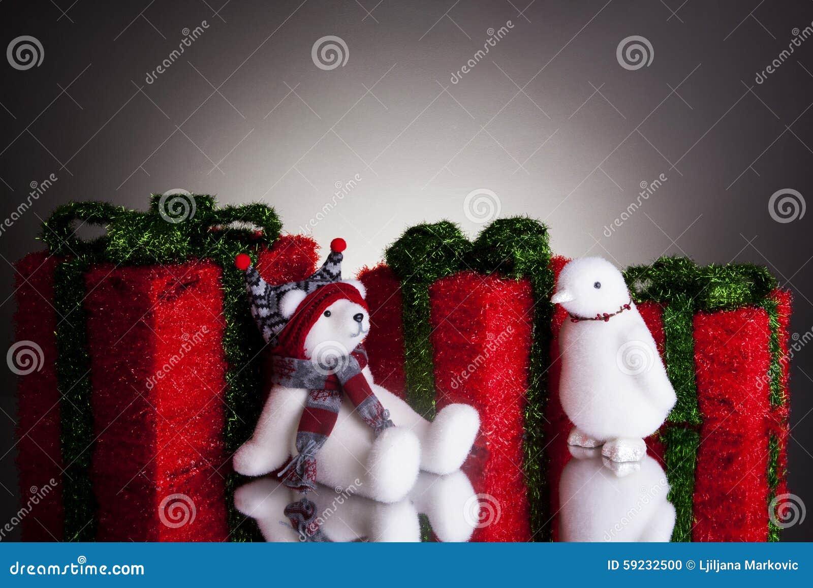 Regalos de Navidad con el oso polar mullido y un pingüino