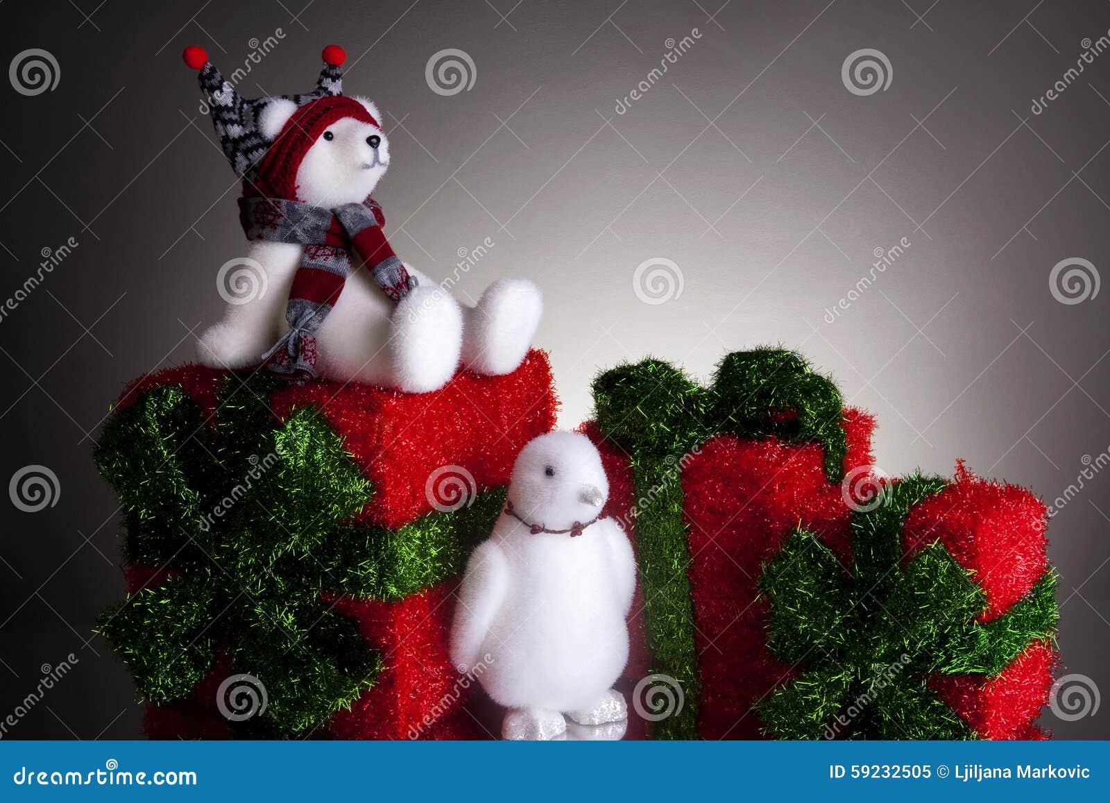 Download Regalos De Navidad Con El Oso Polar Mullido Y Un Pingüino Imagen de archivo - Imagen de gráfico, frío: 59232505