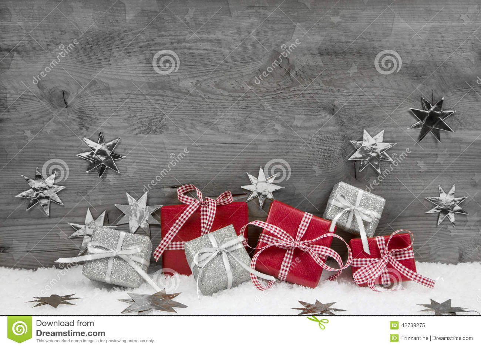 Regalos de Navidad en rojo y plata en fondo gris de madera