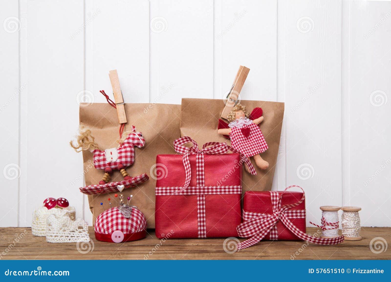 Regalos de navidad envueltos en bolsas de papel con el - Papel de regalo navidad ...