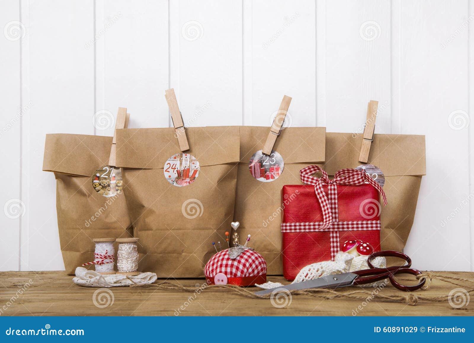 Regalos de navidad hechos a mano envueltos en bolsas de - Regalos a mano ...
