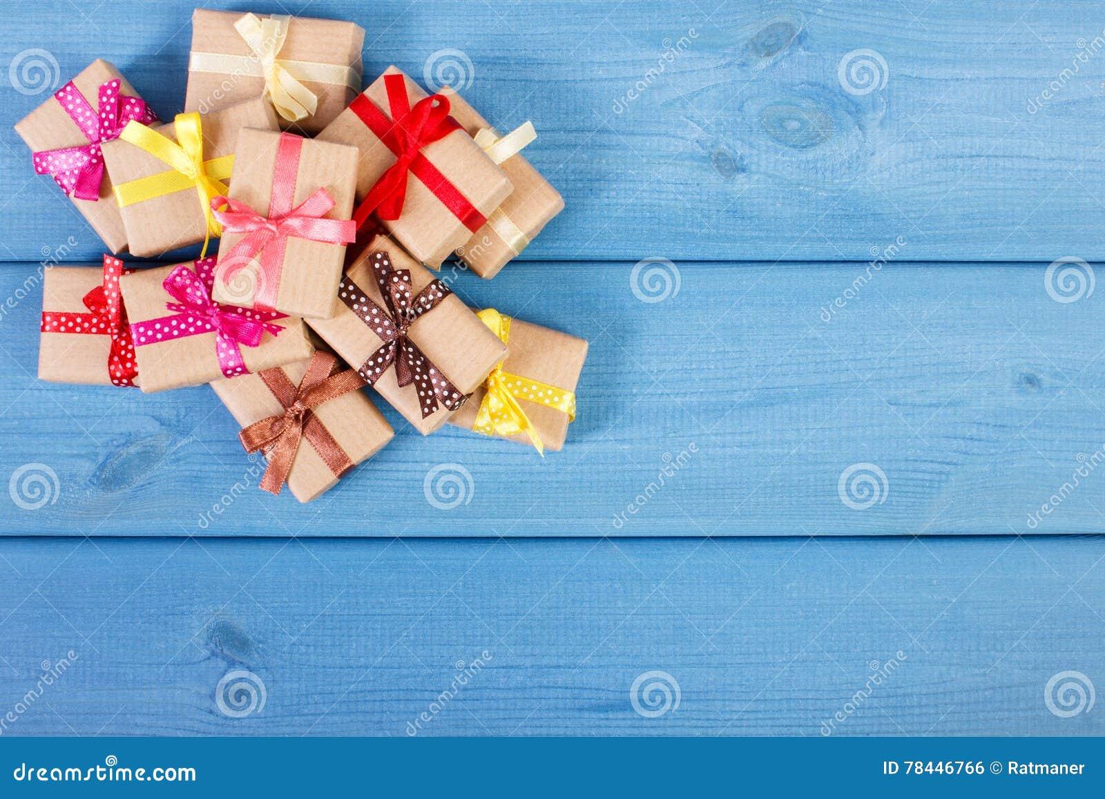 regalos envueltos con las cintas para la navidad o la otra celebracin espacio de la