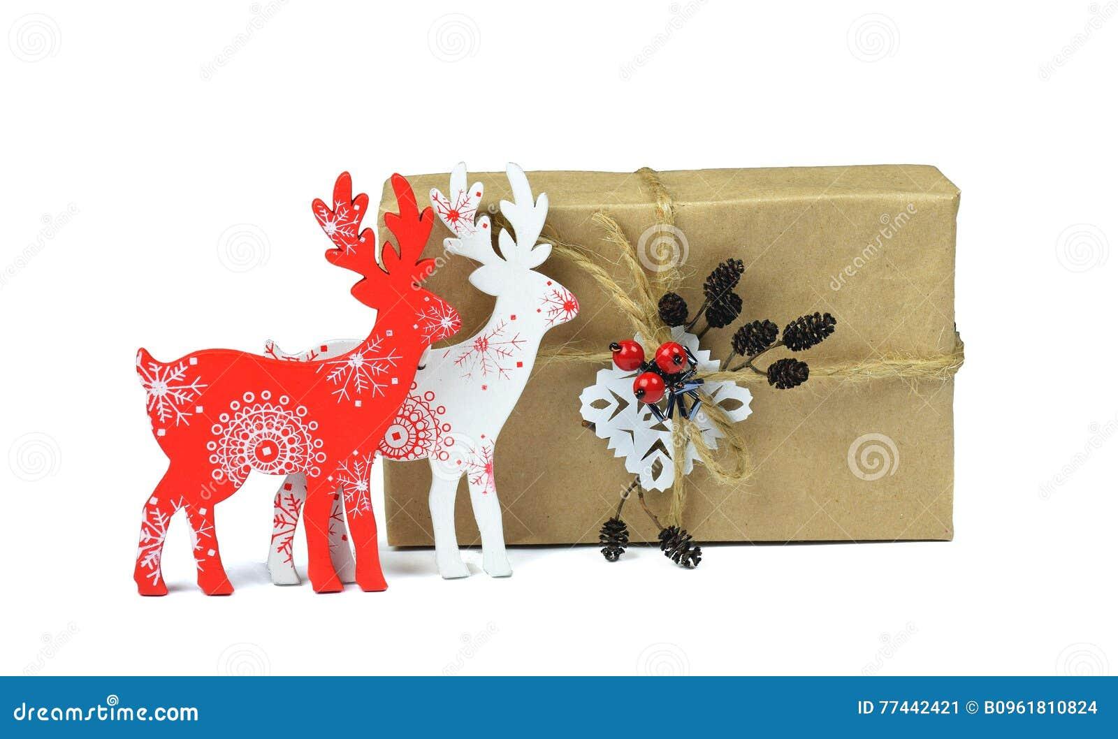 Regalos hechos a mano de la Navidad Ciervos decorativos de madera / Aislado/