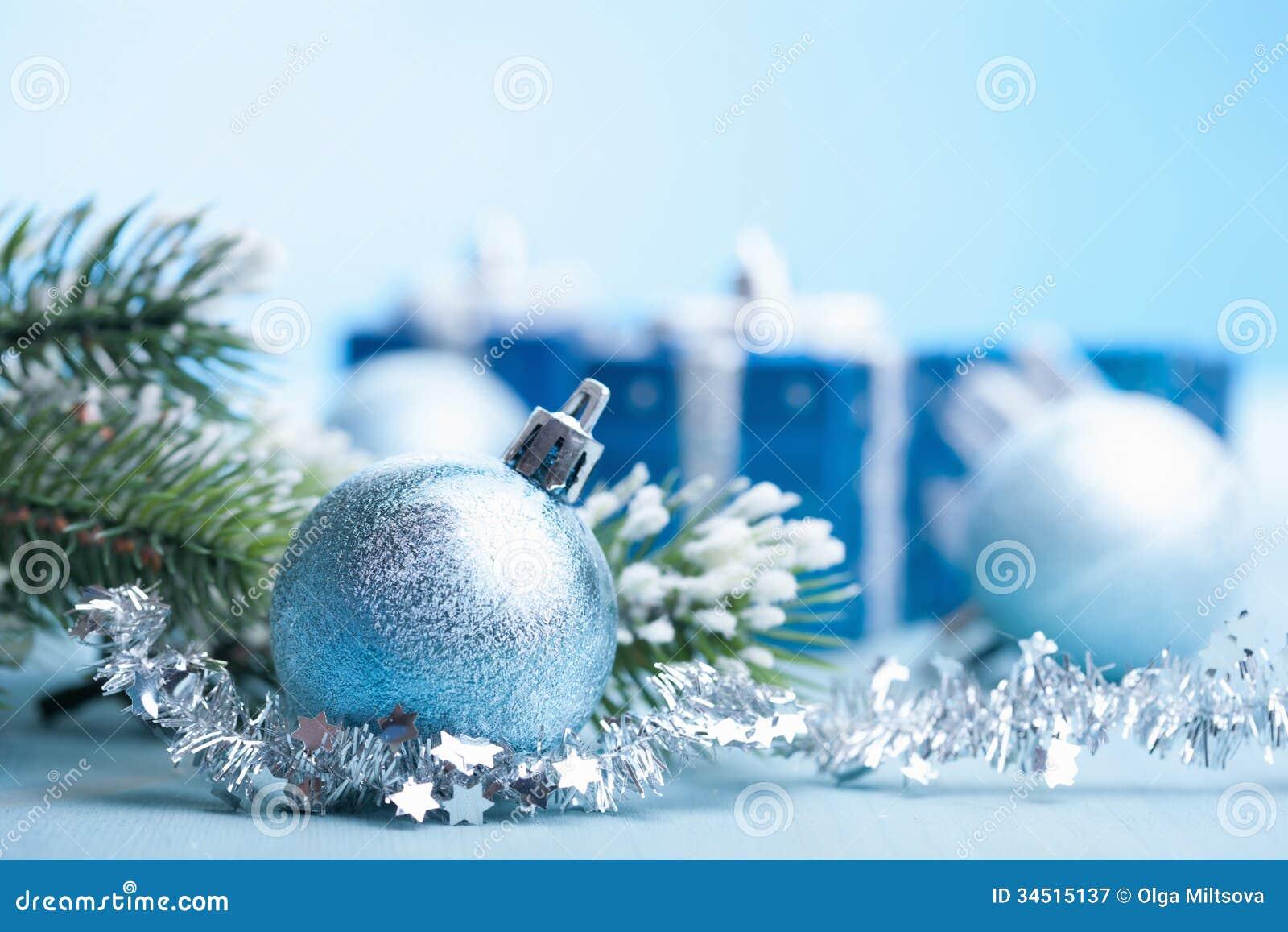 Regalos y decoración azules de la Navidad