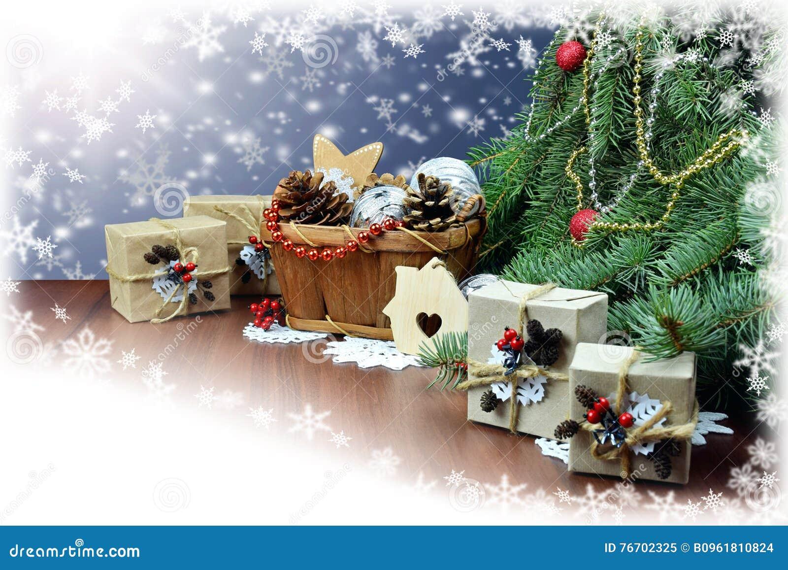 Regalos y decoración de la Navidad bajo ramas de una Navidad