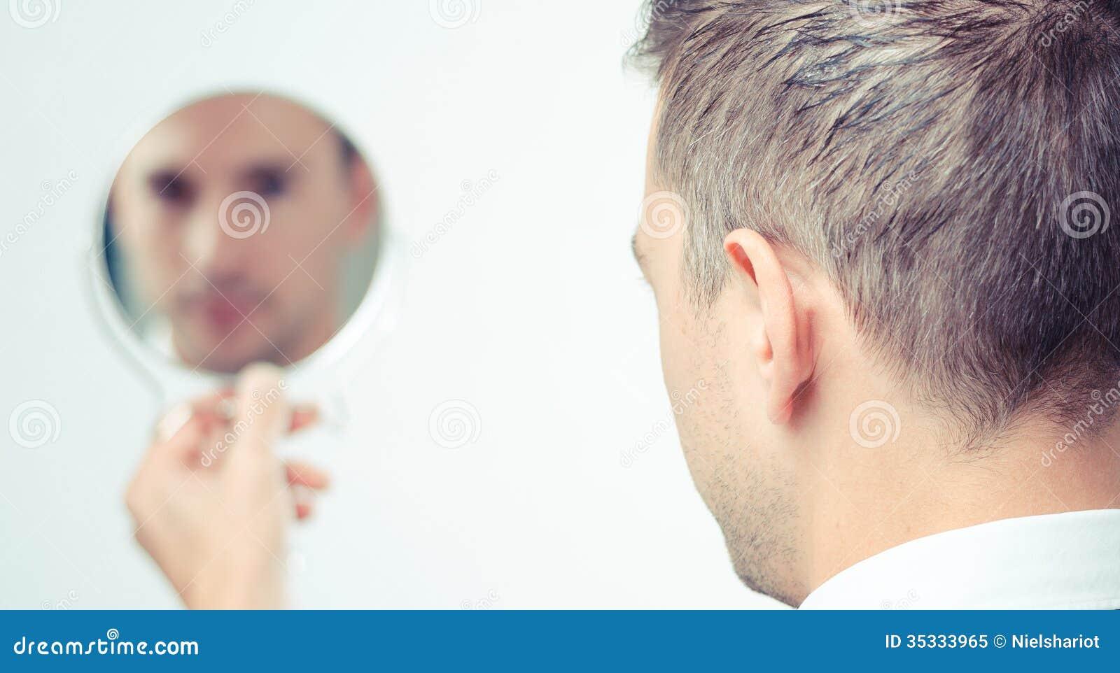 Regard dans le miroir et se refl ter photo libre de droits for Regard dans le miroir