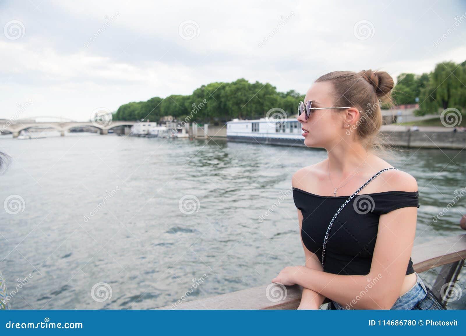 Regard de femme chez la Seine à Paris, France Femme sensuelle dans des lunettes de soleil sur le pont le jour d été Vacances et c