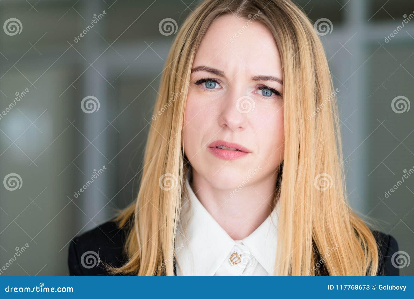 Regard de interrogation interrogatif de femme de visage d émotion