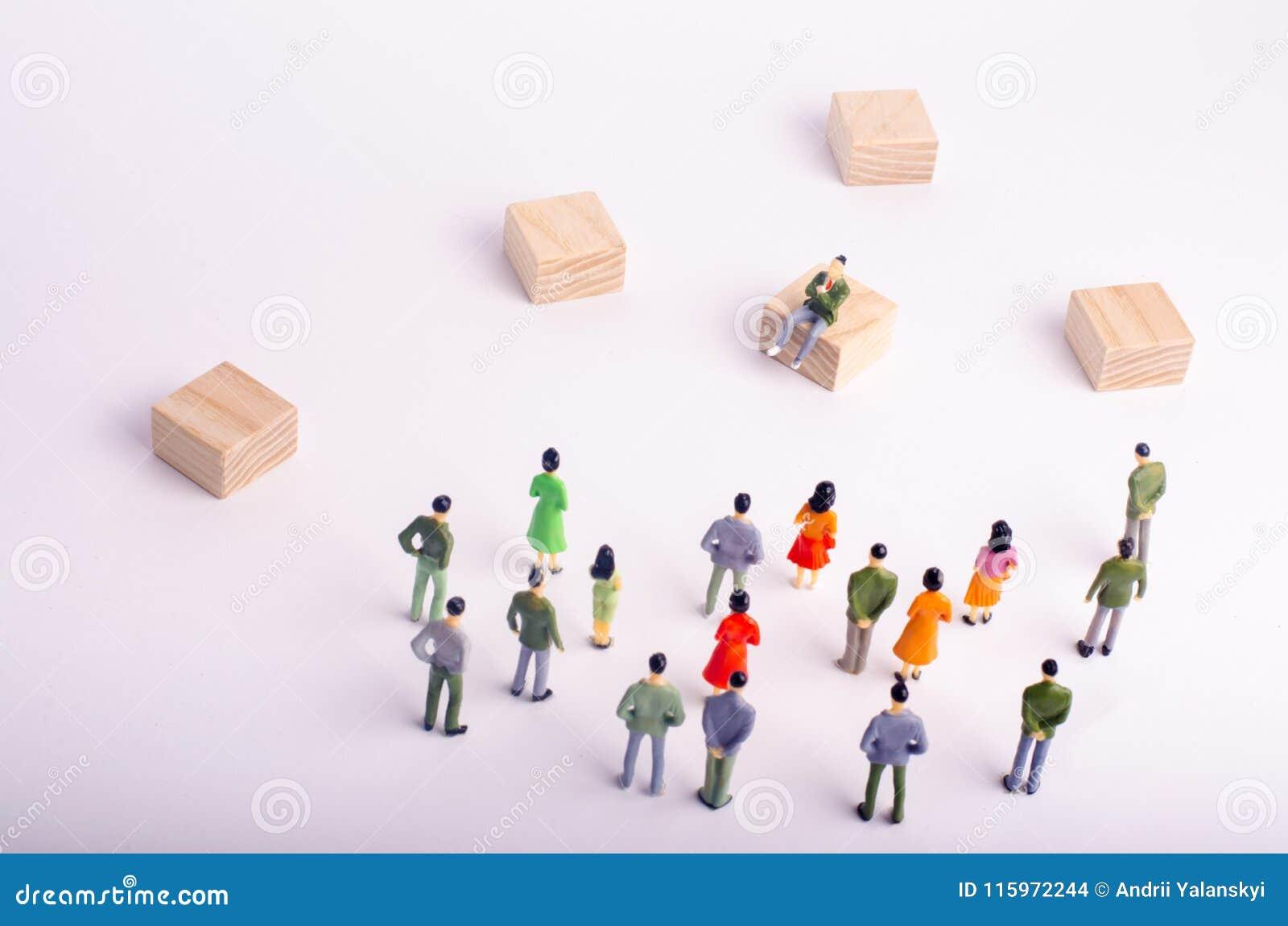 Regard de personnes à la séance de personne Les gens condamnent une personne La foule admire leur idole Pas comme tous les autres