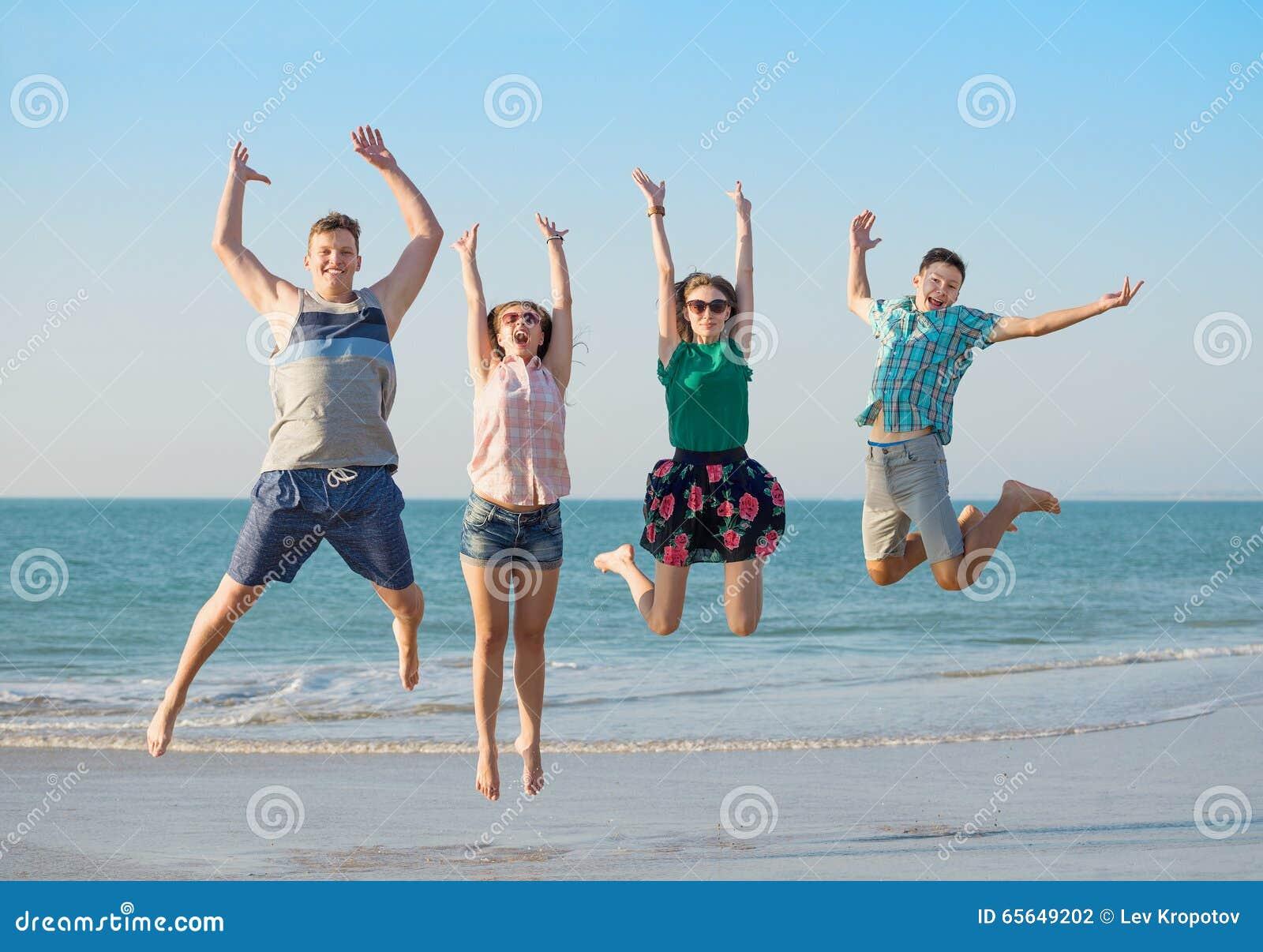 Regard heureux de groupe avant d amis d appareil-photo au sujet des jeunes debout de vue