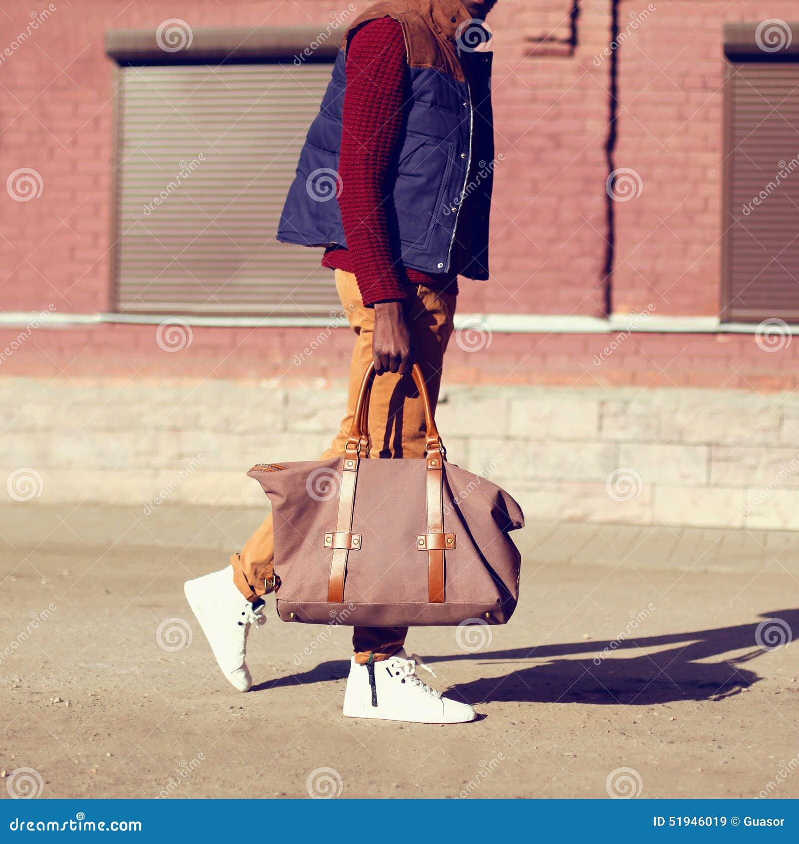 Regard masculin de mode Homme bel élégant à la mode marchant dehors