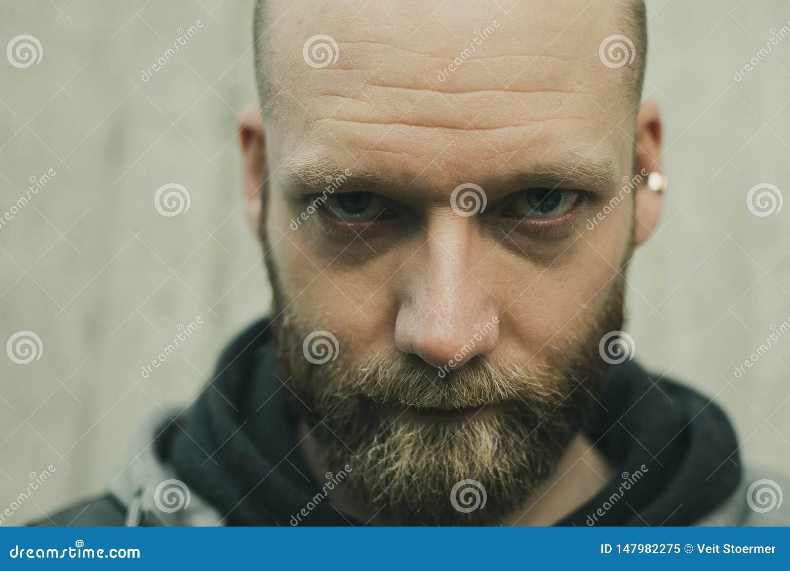 Regard sérieux d un homme barbu