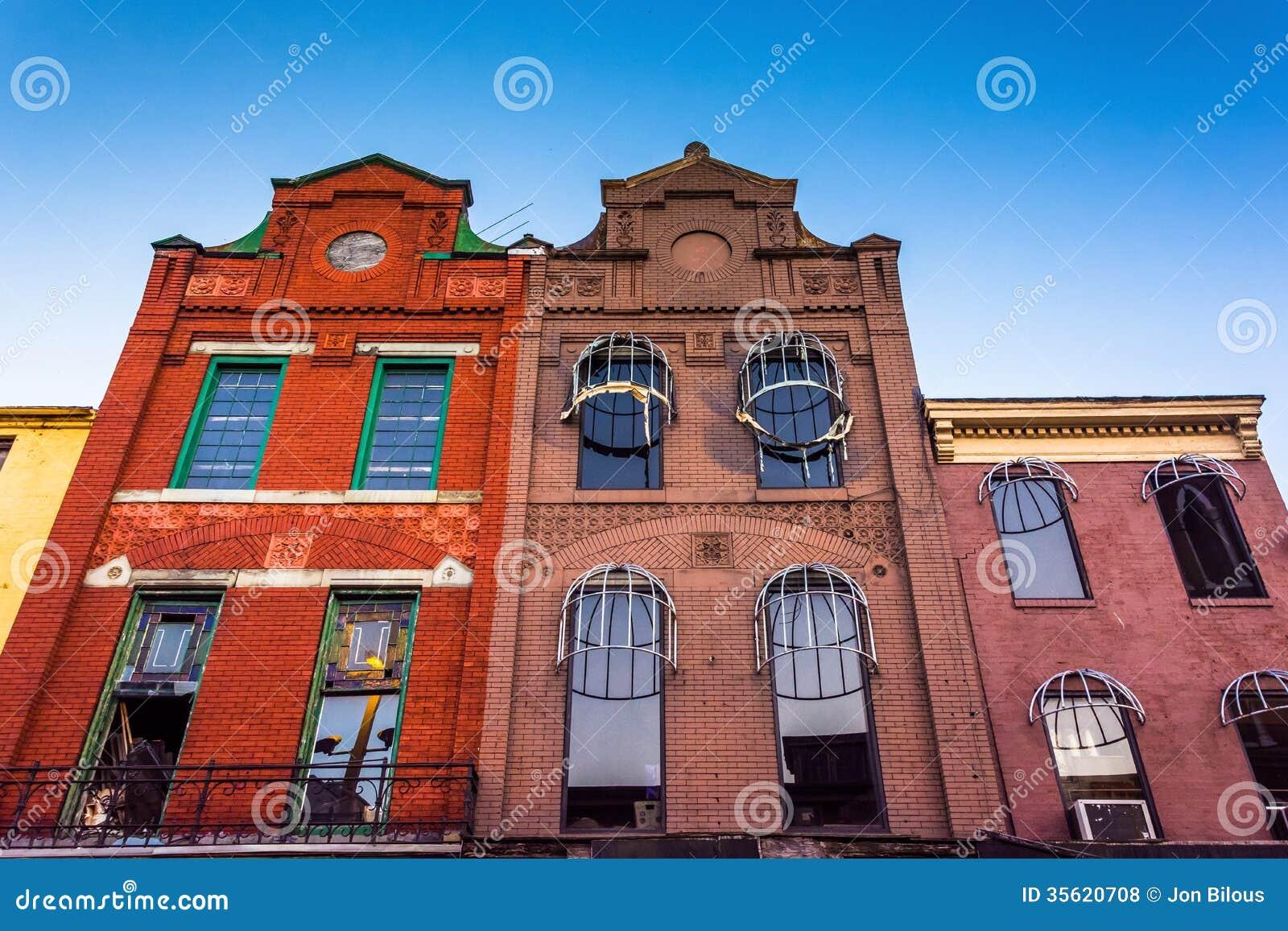 Regardant des bâtiments dans le vieux mail de ville, Baltimore, le Maryland