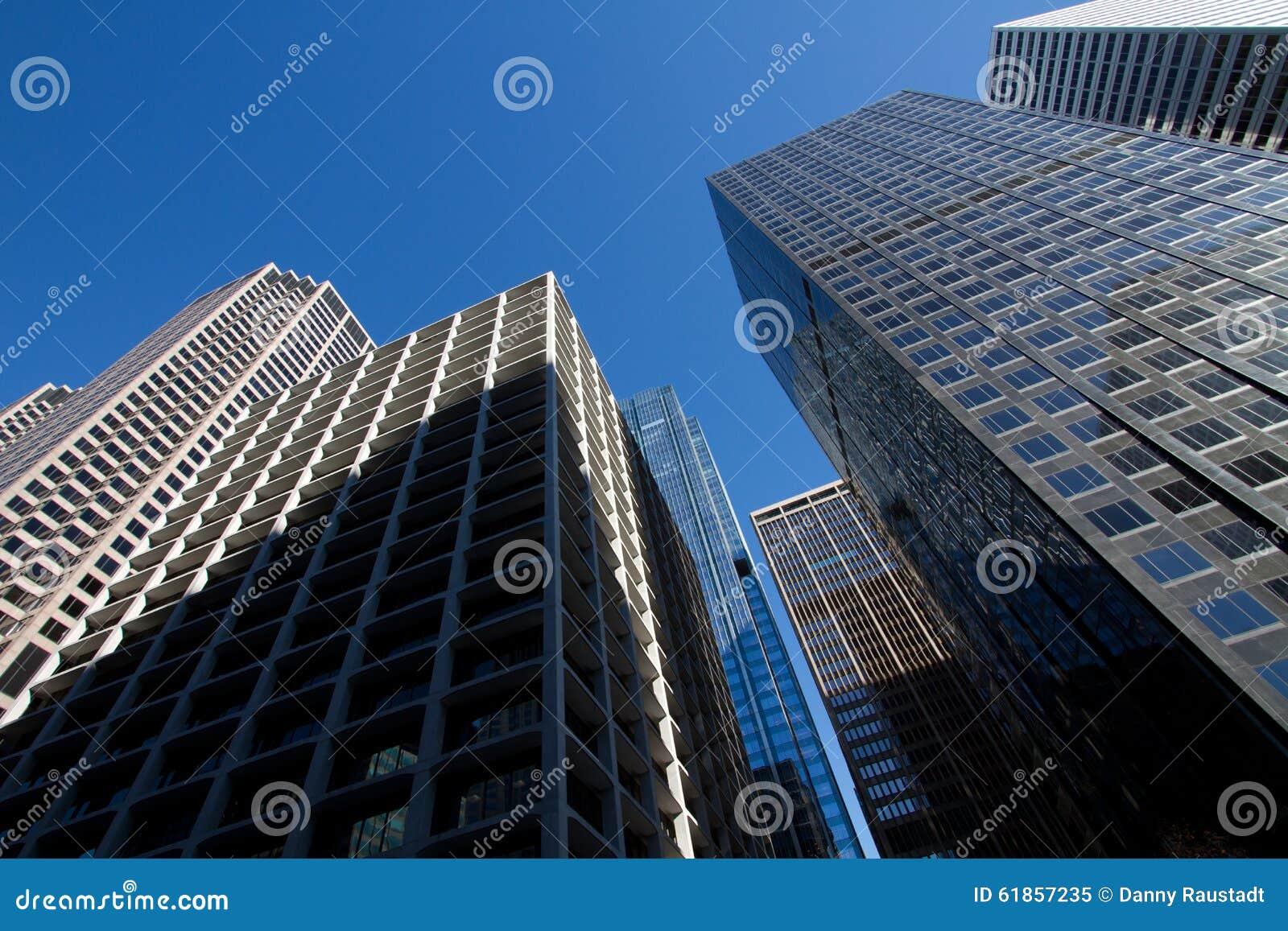 Regarder les bâtiments du centre de gratte-ciel de Chicago
