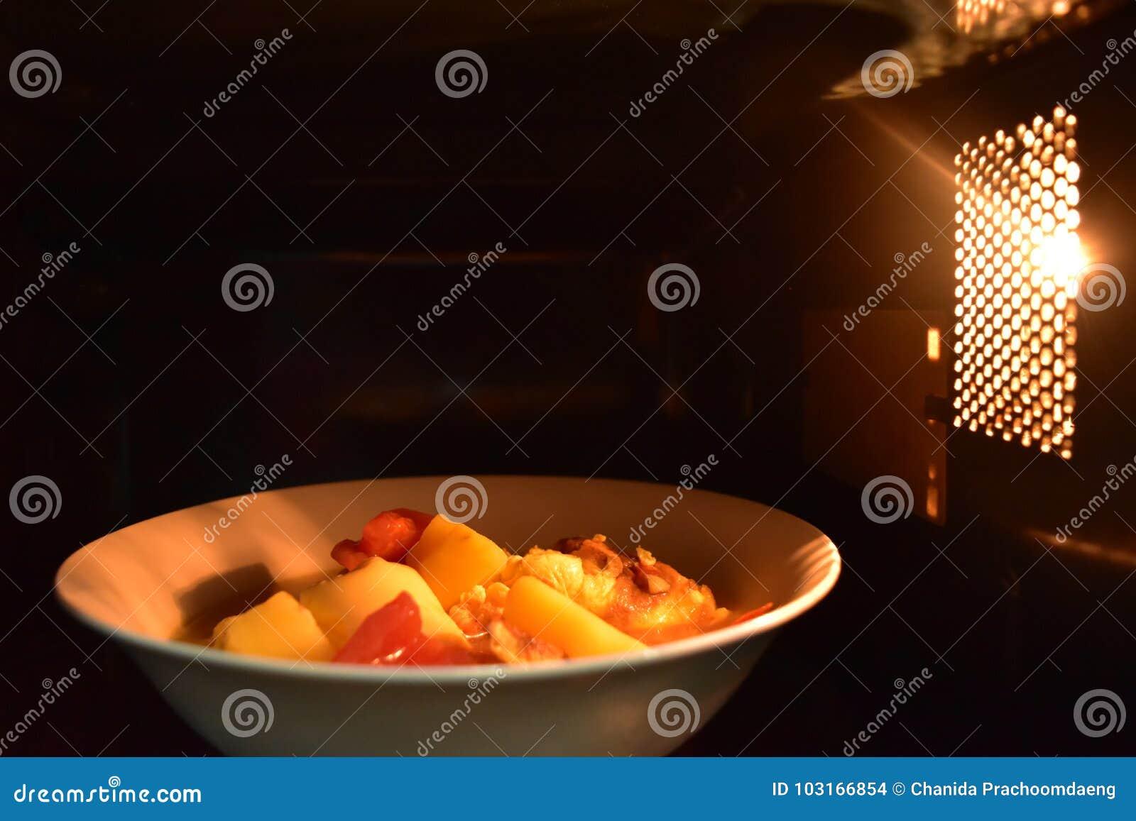 Regardez à l intérieur du bol blanc de nourriture de micro-onde, dans une atmosphère chaude et un espace supérieur vide pour le t