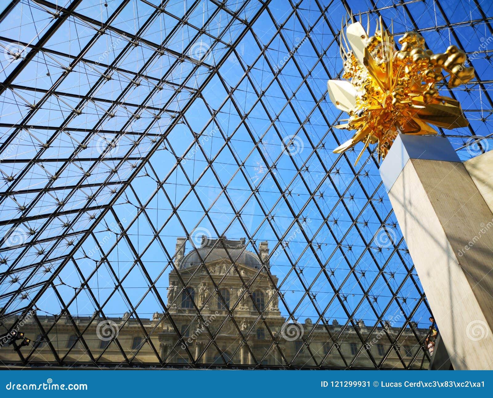 Regardez de l intérieur de la pyramide de musée de Louvre à Paris, France
