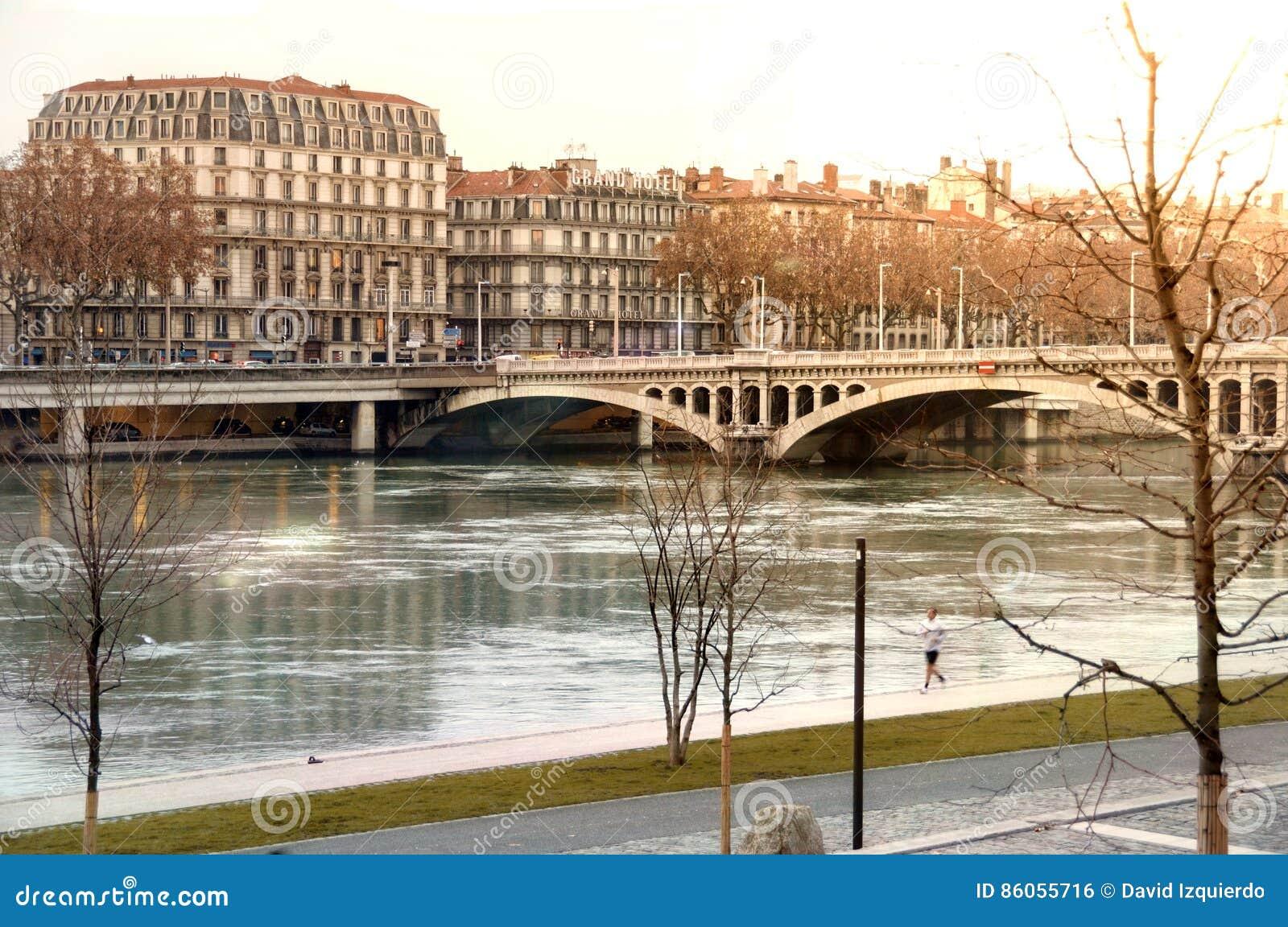Regardez le pont Wilson en hiver sur des Frances du Rhône Lyon de rivière